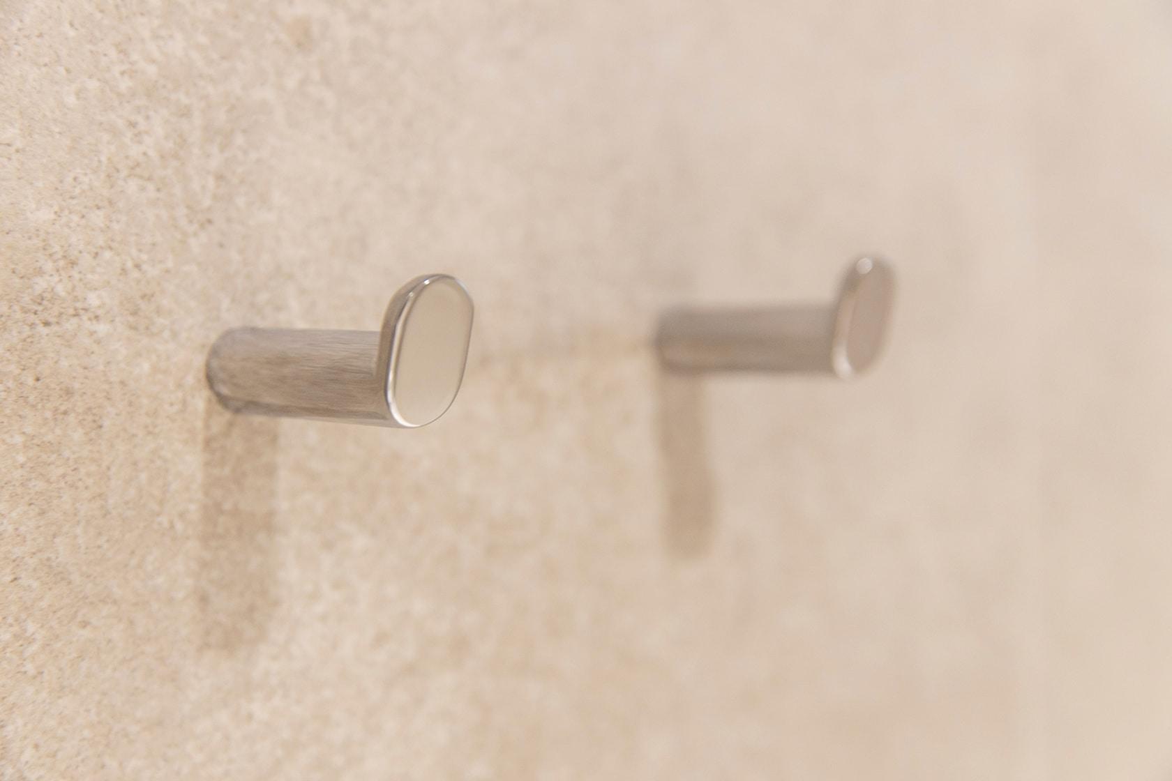 Detalle del colgador del baño