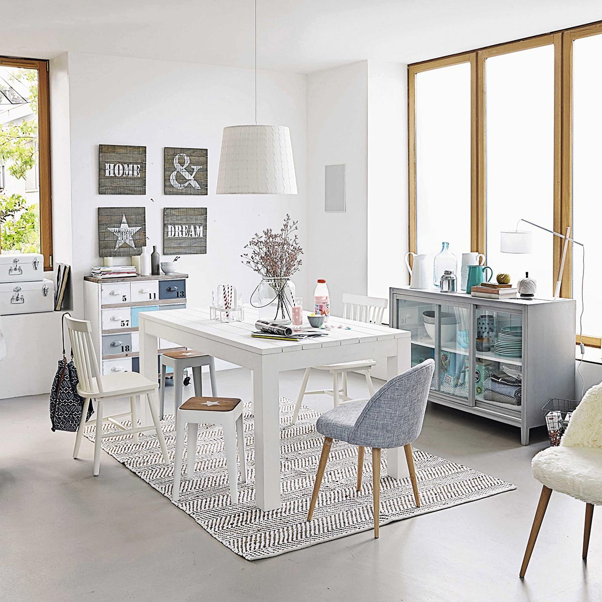 mesa con sillas blancas