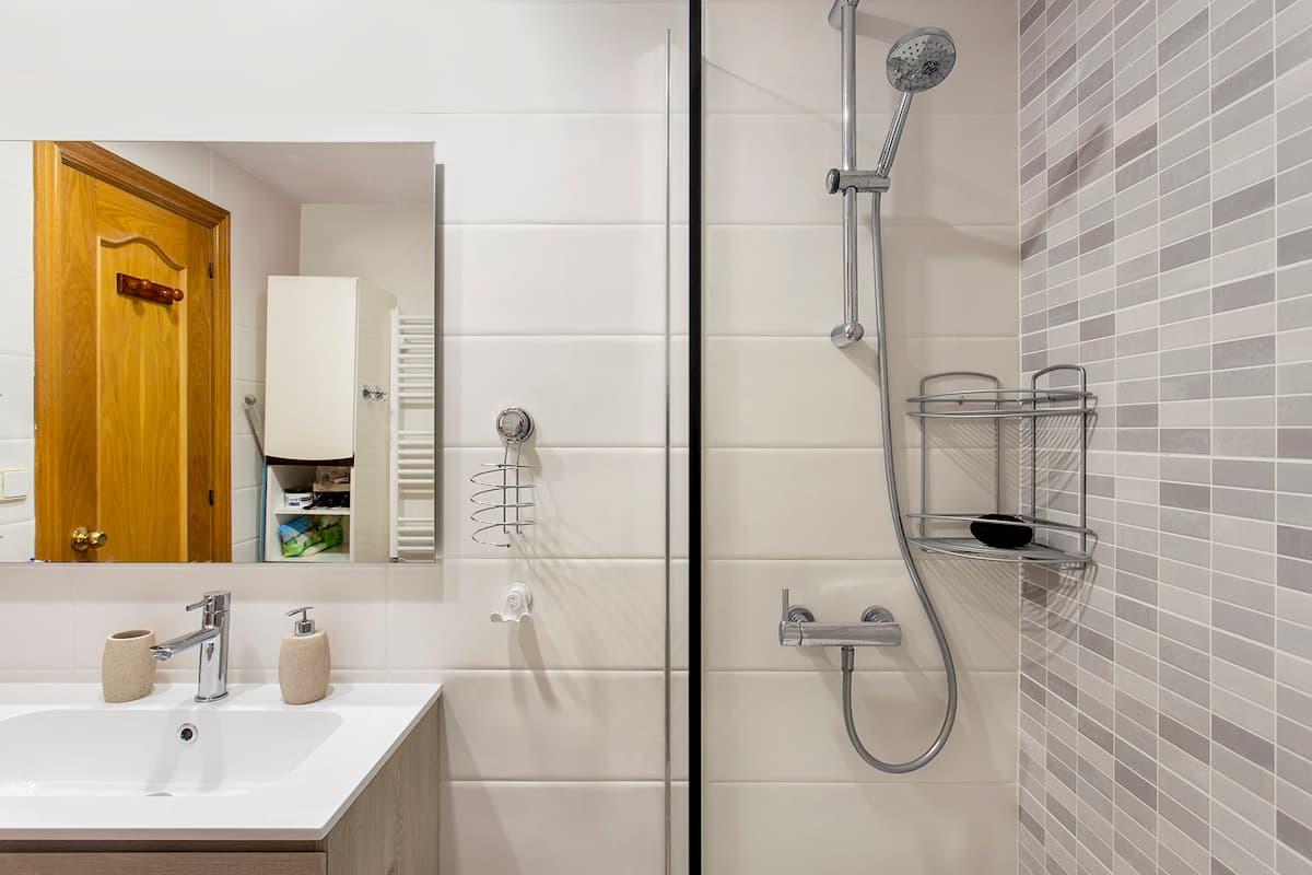 lateral de baño con plato de ducha