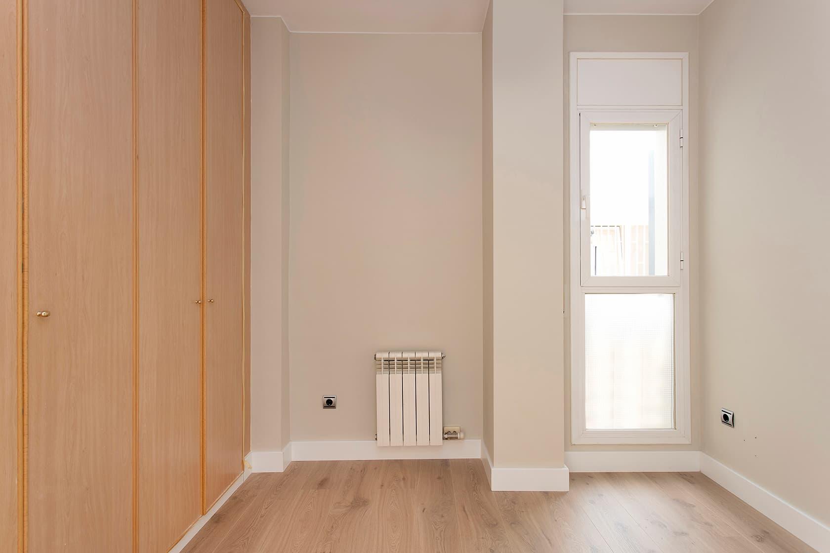 Habitación con radiador y ventana