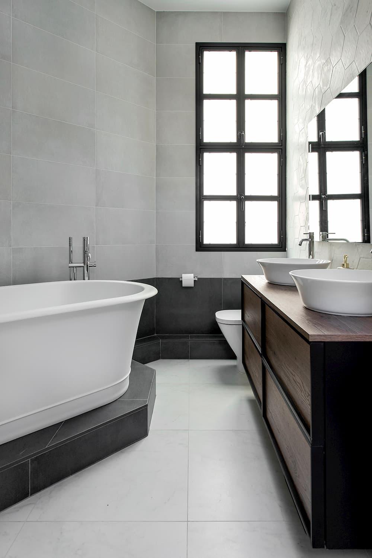 Baño moderno geométrico