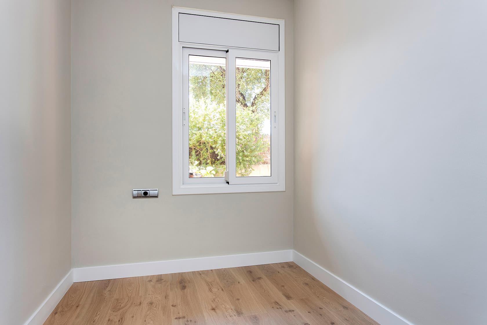 Habitación con parquet y ventana