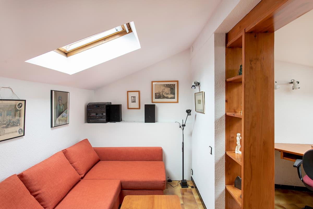 sofá y estantería