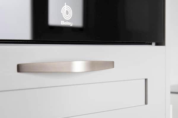 Cajones de cocina con tiradores metalizados