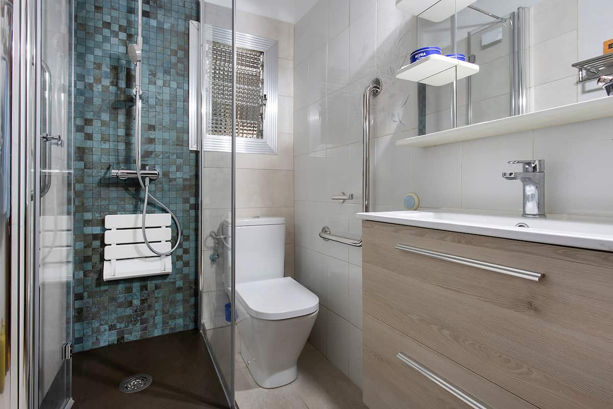 baño muy pequeño reformado