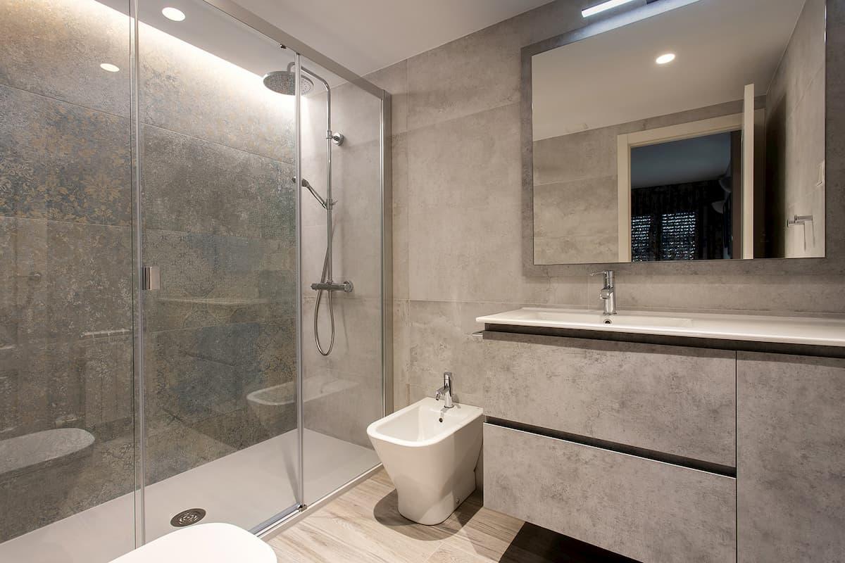 baño en tono granito