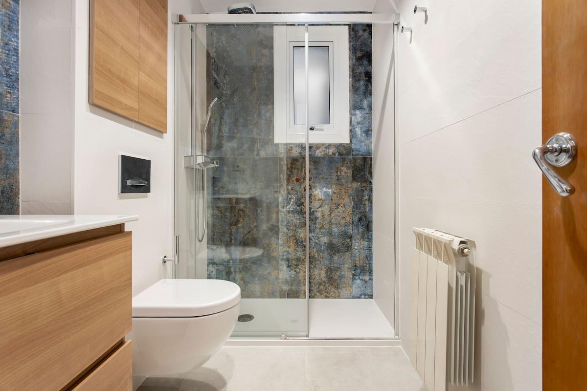 ducha con decorado azul
